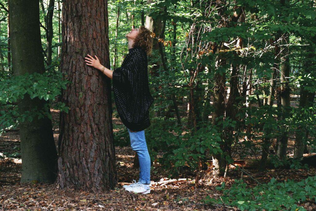 Anne Büttner steht am Baum